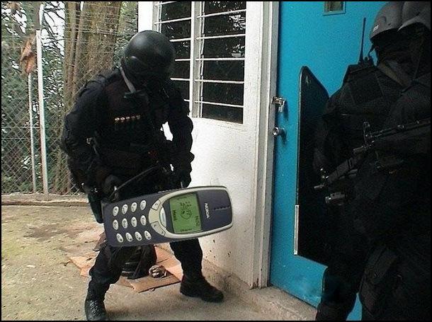 Поліцейський спецназ вибиває двері за допомогою телефона Nokia 3310