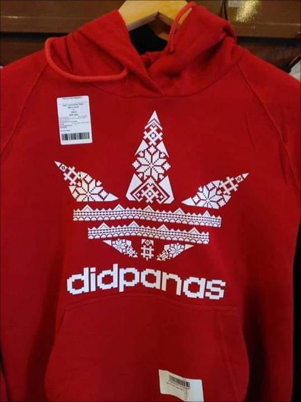 Прикол Український бренд одягу. Червона толстовка з логотипом, схожим на adidas, але виконана з орнаменту. Бренд: didpanas