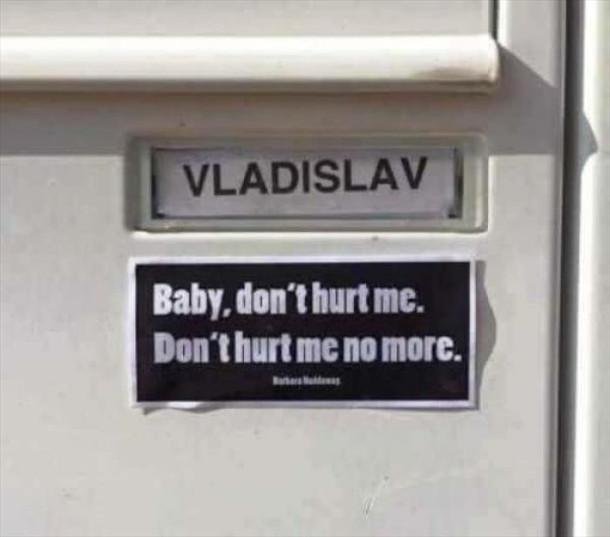 """Жарт дев'яностих. Табличка """"Vladislav"""". До неї додали """"Baby, don't hurt me. Don't hurt me no more. Жарт про відомий хіт Haddaway - What is Love"""