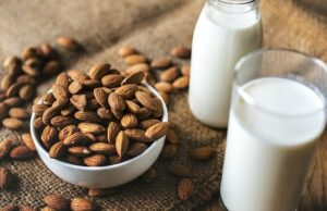 Benefits Of Eating Almonds In Milk In Hindi