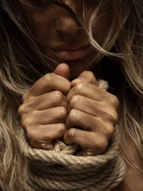 Vellau mi lidh duart dhe me rreh,Nana me thot te ka rrok zori per me gjet burr dhe me gjuan me gure