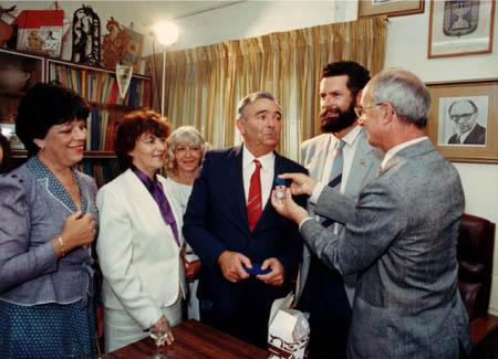 שגריר צרפת, אלן פיירה, עונד ליוסף עבו עברון את אות