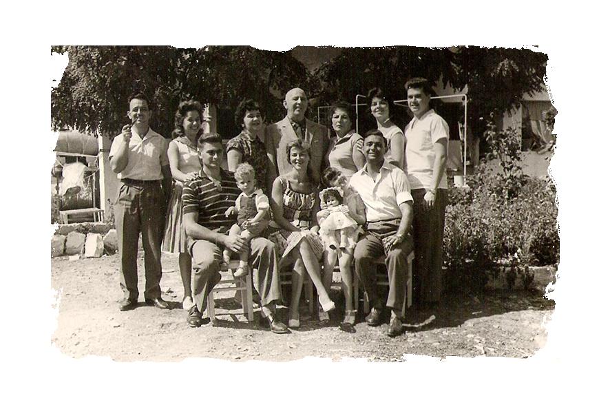 תמונה משפחתית עם רפאל עבו ובני ביתו 1960, דב שפיגלר יושב משמאל