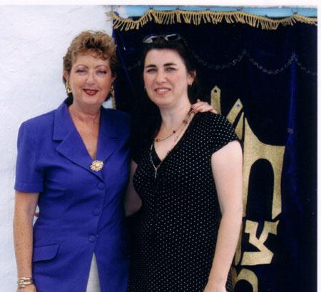 אלומה ורפאלה - הדור השישי למסורת - ליד ארון הקודש בחצר בית עבו, 2004 תשסד