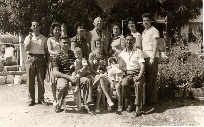 משפחת עבו לדורותיה - במרכז רפאל עבו, אשתו, אחותו מרגלית וצאצאיהם