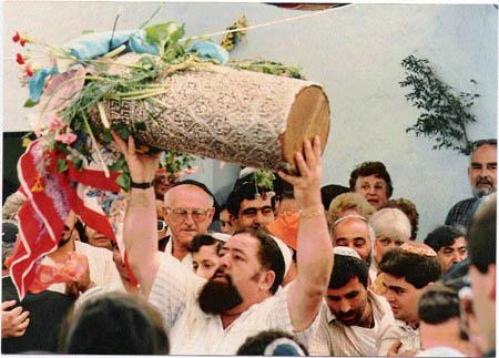 מאיר עבו רוקד עם ספר התורה, 1988.