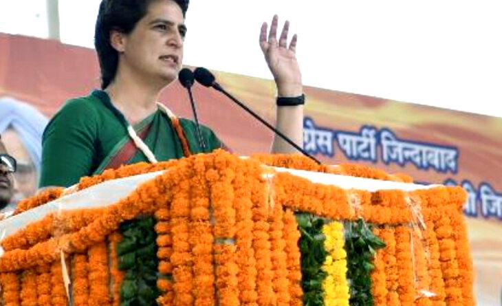 कांग्रेस की महासचिव प्रियंका गांधी वाड्रा मंगलवार को हरियाणा में चुनाव प्रचार के लिए पहुंचीं। एक जनसभा में उन्होंने प्रधानमंत्री नरेंद्र मोदी पर तंज कसा। कांग्रेस महासचिव ने कहा- देश ने अहंकार को कभी माफ नहीं किया। ऐसा अहंकार दुर्योधन में भी था। वे बोलीं-जब भगवान कृष्ण उन्हें समझाने के लिए गए थे, तब दुर्योधन ने उन्हें बंधक बनाने की कोशिश की। प्रियंका ने रामधारी सिंह दिनकर की कविता भी पढ़ी- जब नाश मनुज पर छाता है, पहले विवेक मर जाता है।