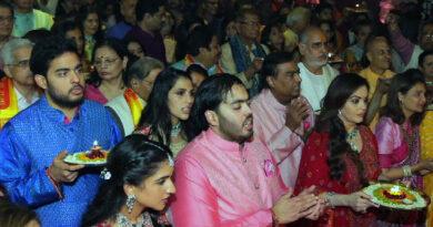 मुकेश अंबानी के घर बप्पा का आगमन, बॉलीवुड, क्रिकेट और राजनीति के दिग्गज पूजा में हुए शामिल