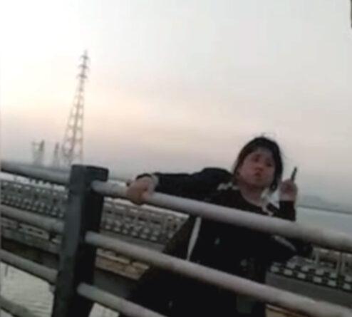 मुंबई: सुसाइड करने के लिए ब्रिज पर चढ़ी महिला, ट्रैफिक कांस्टेबल ने बचाई जान