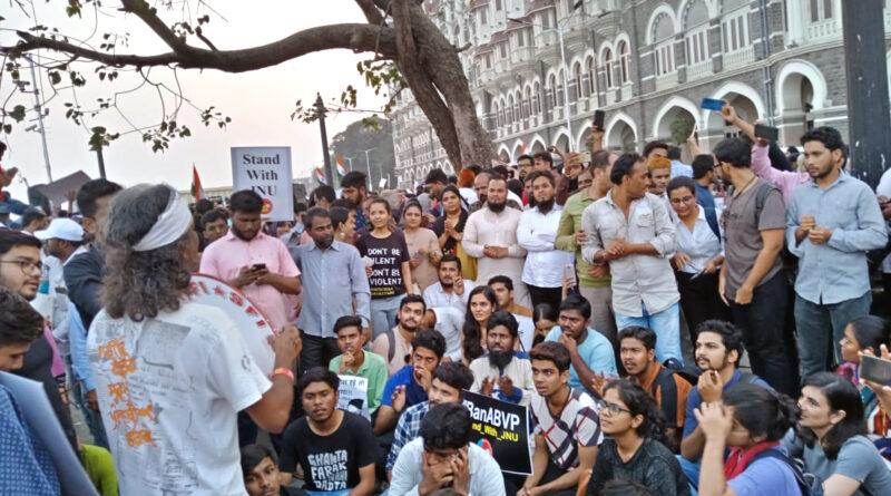 मुंबई में जेएनयू हिंसा के खिलाफ विरोध-प्रदर्शन...