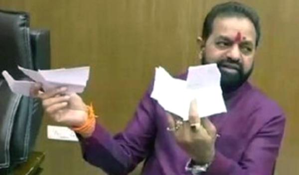 मुंबई: शिवसेना के MLA ने अंग्रेजी में लिखे नामों वाली आधिकारिक सूची फाड़ी, कहा- BMC अधिकारी स्थानिक भाषा का अपमान कर रहे