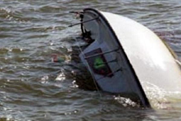 समुद्र में नाव पलटने से एक की मौत, 5 को बचाया गया