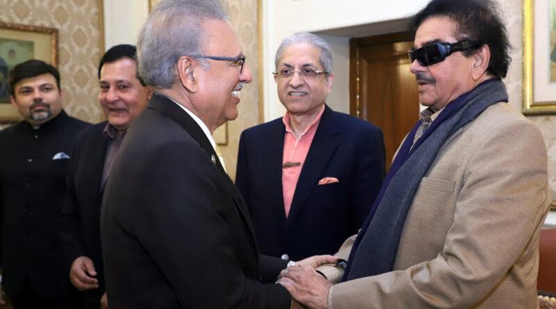 सिद्धू के बाद अब कांग्रेस के शत्रुघ्न पहुंचे पाक, राष्ट्रपति आरिफ अल्वी से मिलाते दिखे हाथ