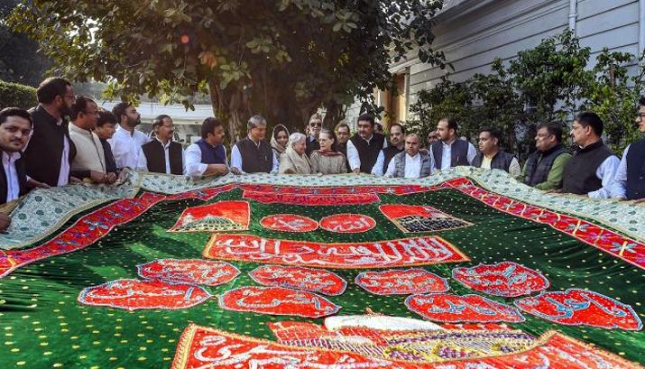सोनिया गांधी ने अजमेर शरीफ के लिए चादर भेंट की