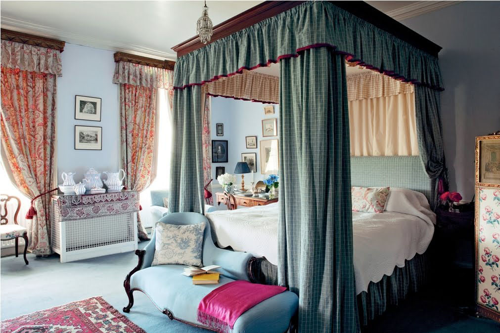 Flaunting-decorative-canopy-bed