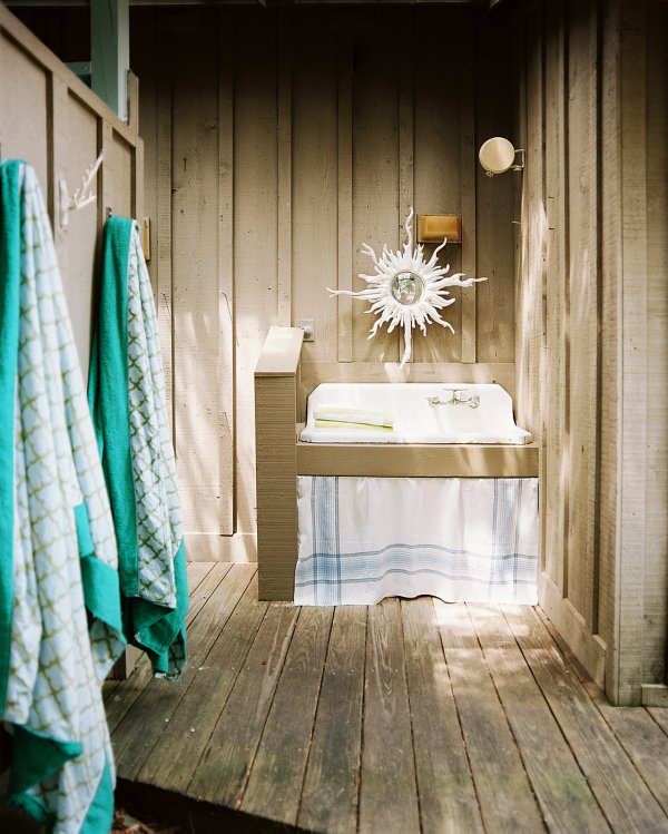 Outdoor-sink-in-a-beach-bathroom (1)
