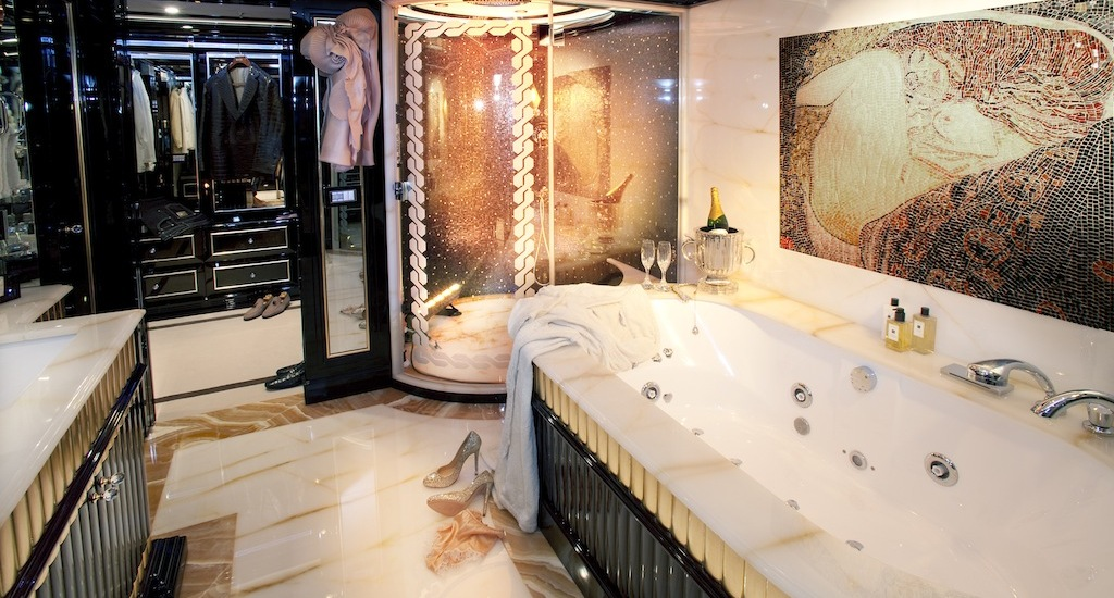 Ultra-luxurious-Owners-bathroom