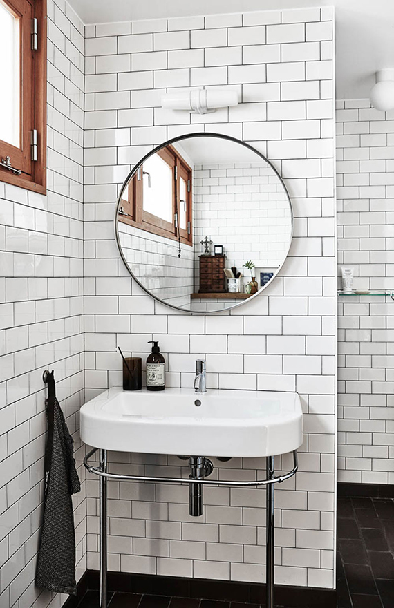 Eclectic scandinavian bathroom