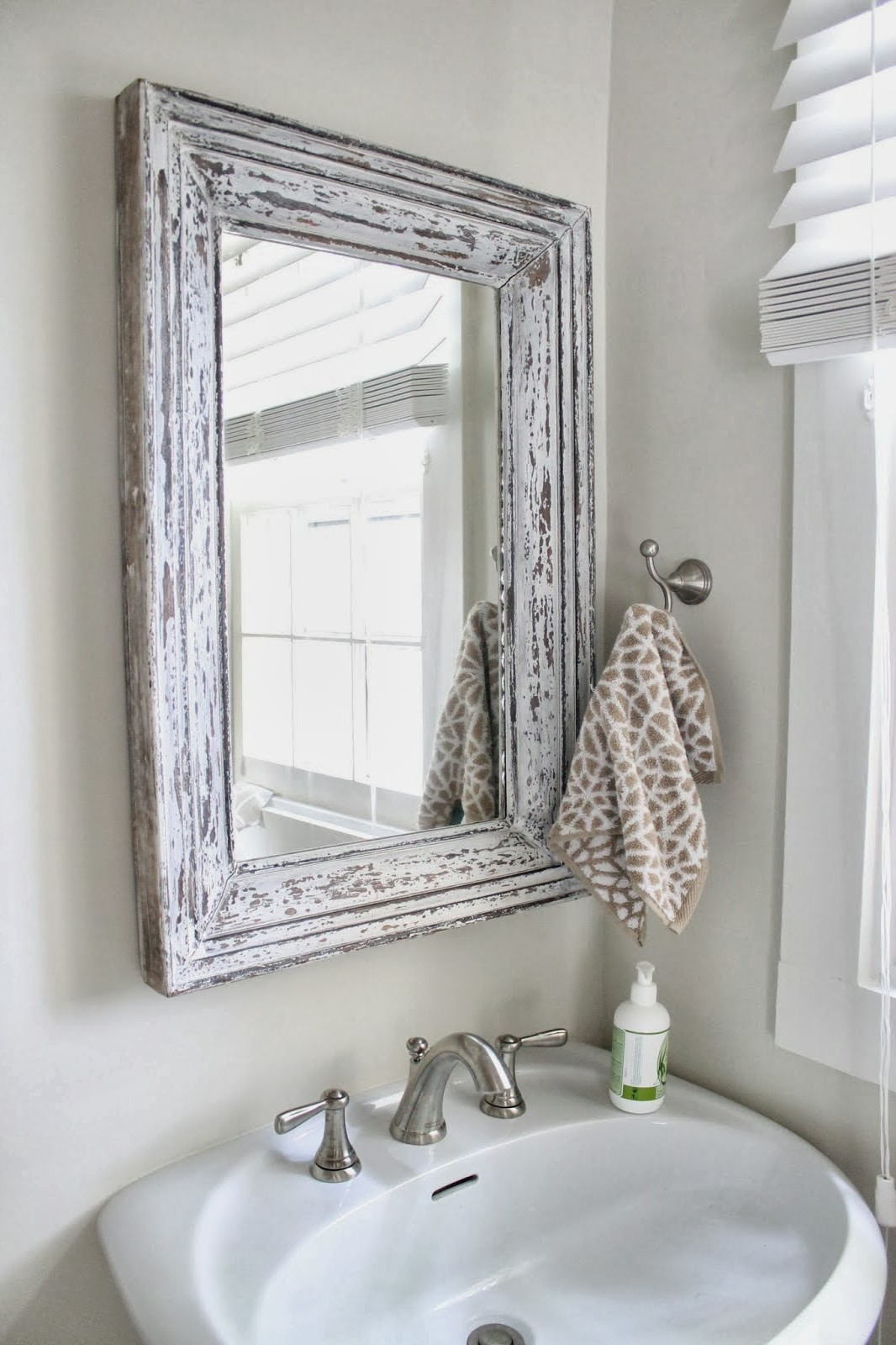 Fabulous-white-shabby-chic-bathroom-mirror-Photo-Ideas