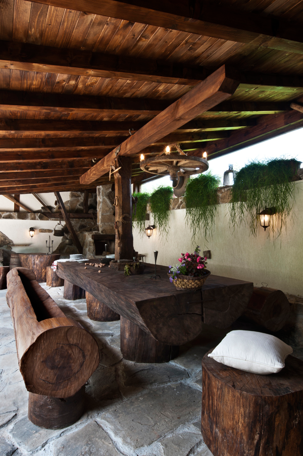 outdoor-dining-area-by-natural-wood