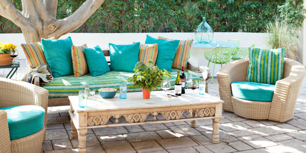 Beach style outdoor patio with vintage sofa and coffee-table.
