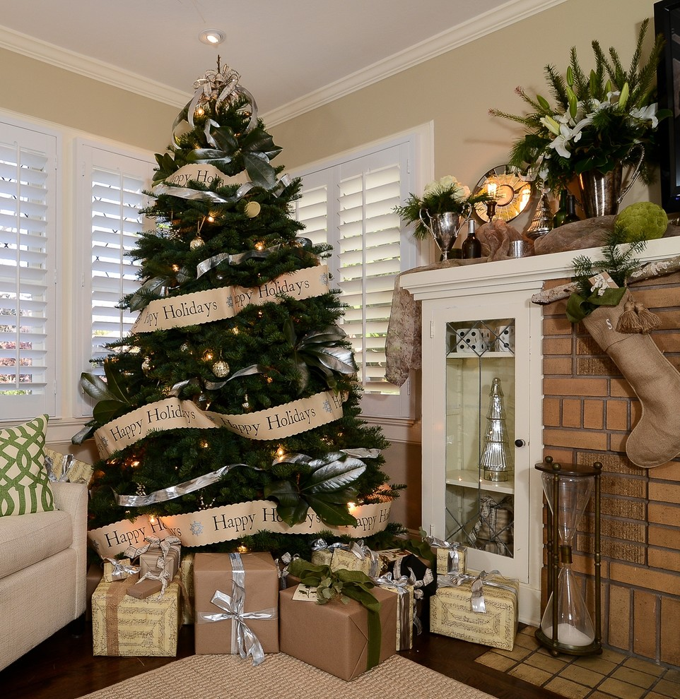 classic-family-room-christmas-tree-decoration