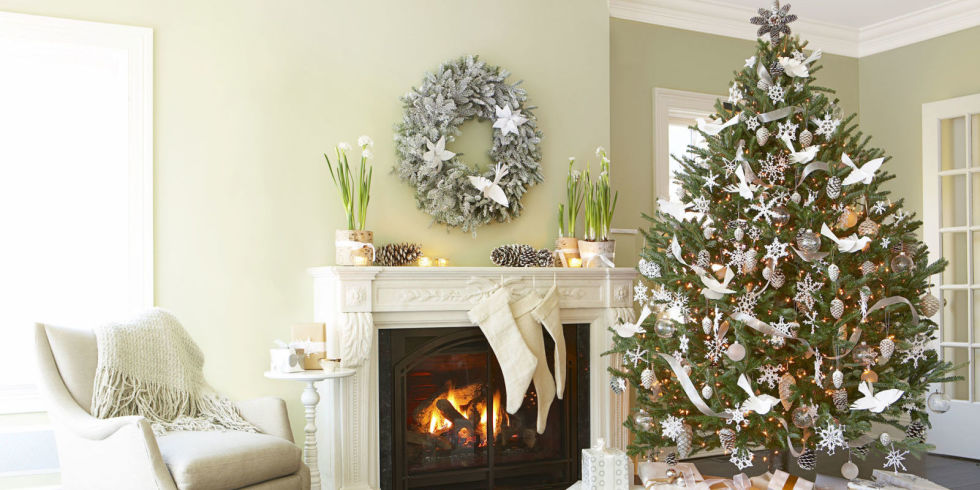 classy-christmas-tree-with-white-decoration