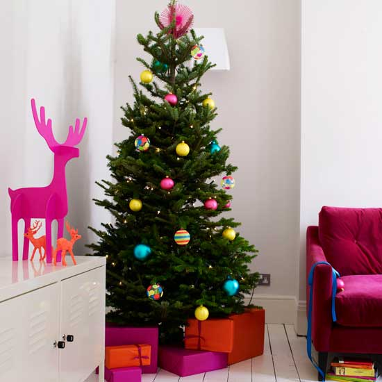 green-garland-decorated-christmas-tree