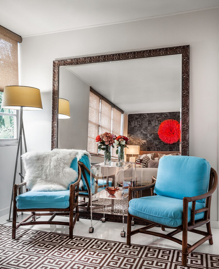 small-living-room-ideas-with-oversized-mirror-behind-chairs