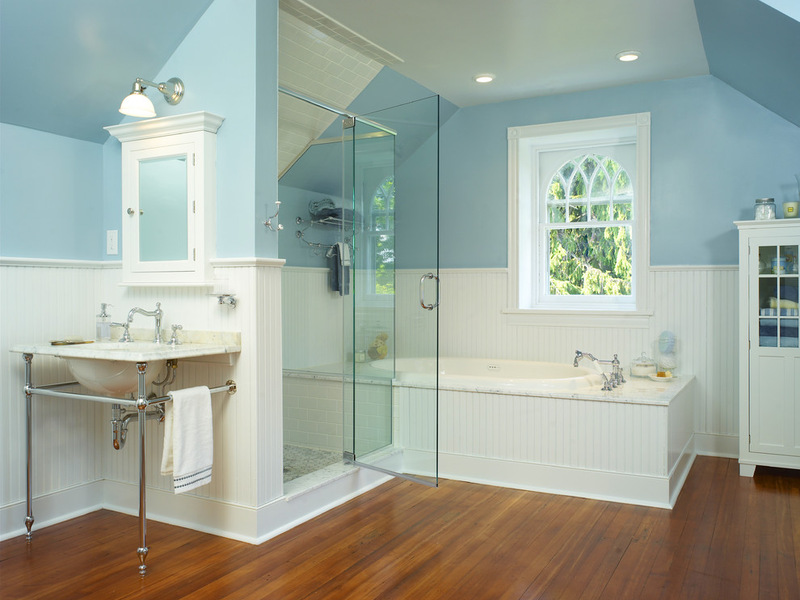 traditional-attic-bathroom-with-hardwood-floor