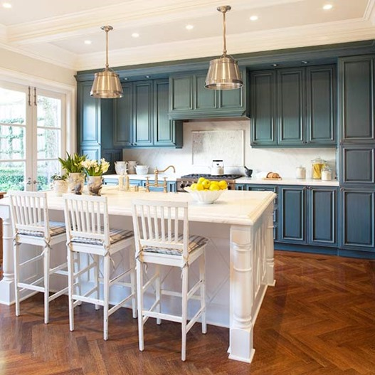 white-traditional-kitchen-stools