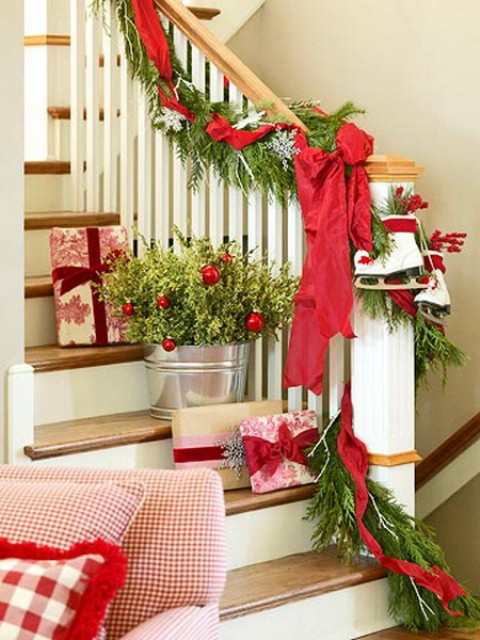 christmas-staircase-decorating-12