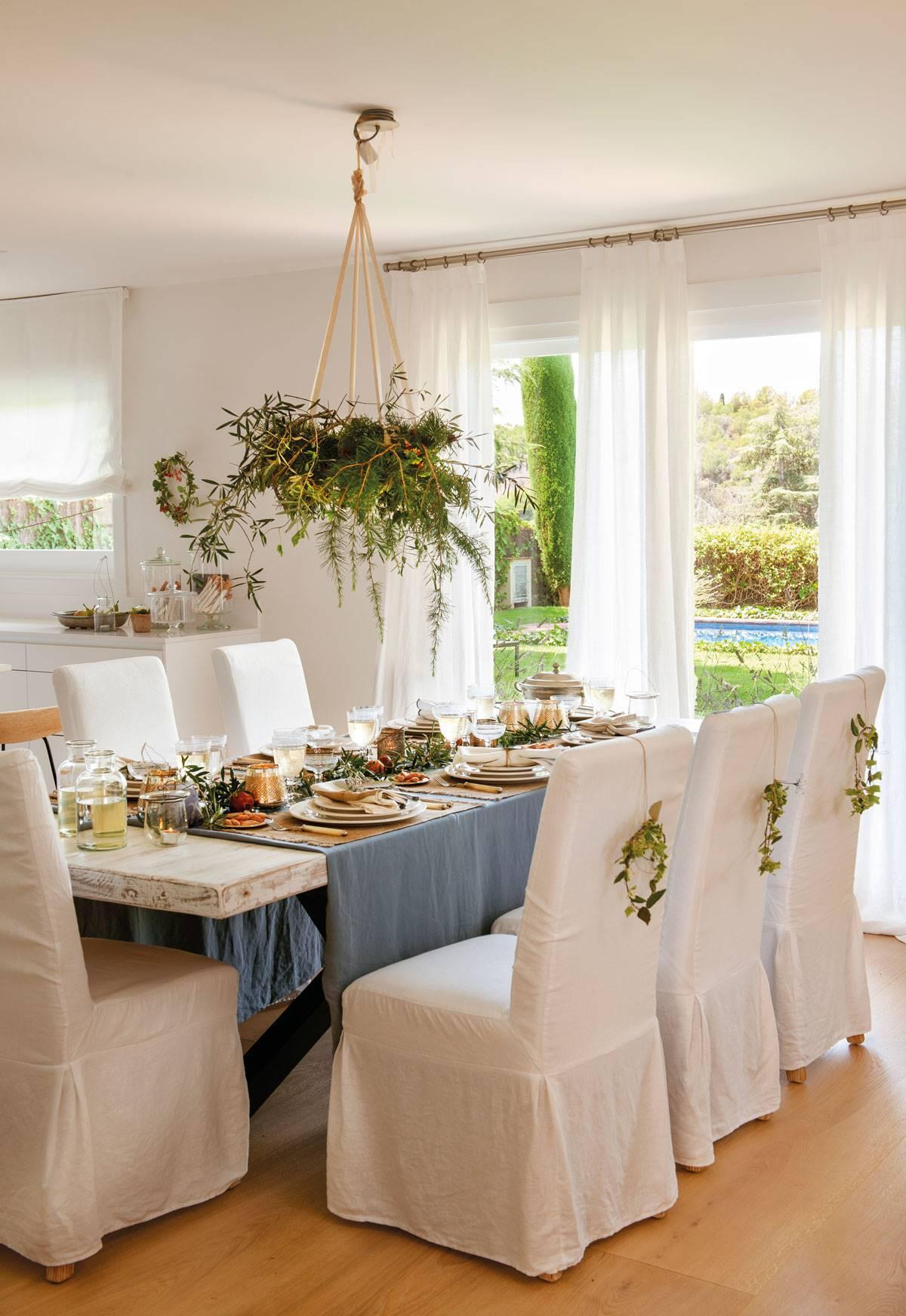 A DISCREET CENTERPIECE WITH OLIVE BRANCHES