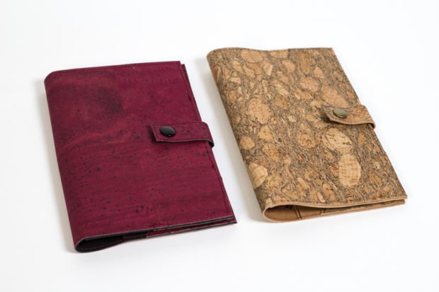 zwei fertiggenähte Reisetuis in den Farben lila und Kork nach dem Schnittmuster für ein Reiseetui aus Kork oder SnapPap von Pattydoo.