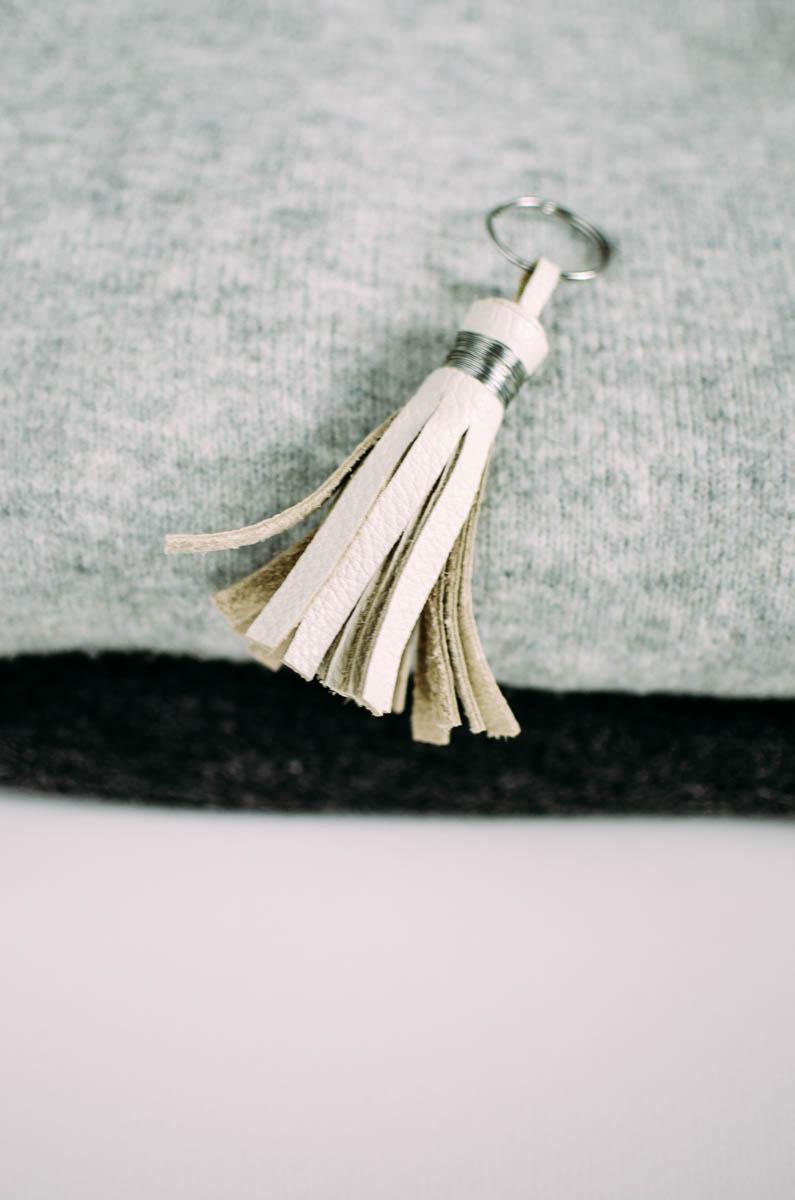 Schmuckbild eines hellen Lederanhänger nach der Anleitung von Livera-mag.