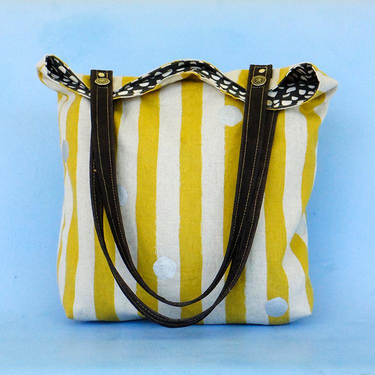 Die Schultertasche in weiß-gelb gestreiften Stoff sorgt für Sommerstimmung! Das kostenlose Schnittmuster ist von Frau Scheiner.