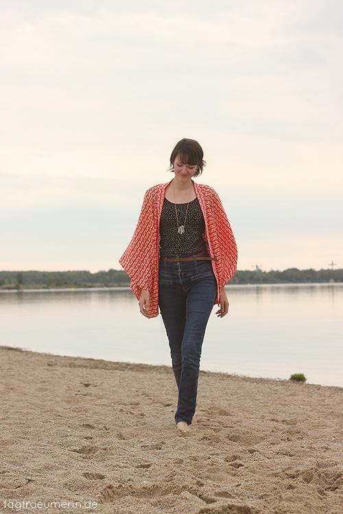 Die Kimono Jacke am Strand getragen von Tagträumerin.