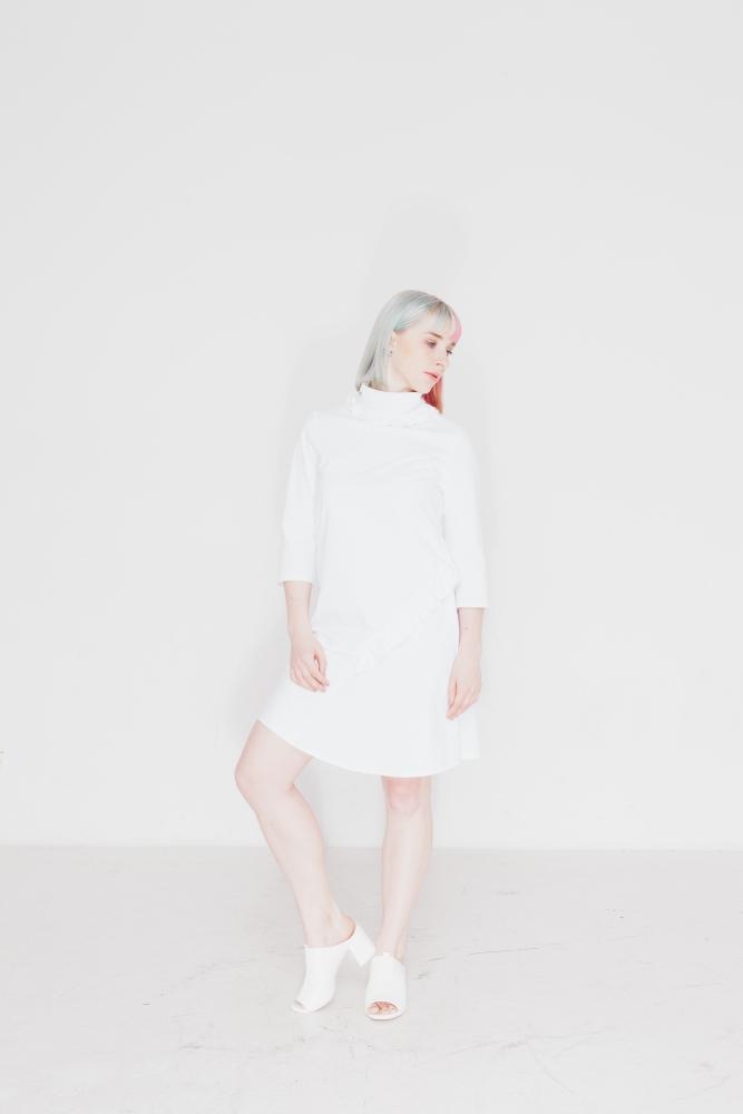 Das kostenlose Schnittmuster für das Damen Kleid Madylon von Initiative Handarbeit sieht in weiß genäht wunderschön aus!