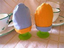 Nähanleitung für Eierwärmer von Nähen-Schneidern - Eierwärmer in blau und gelb.