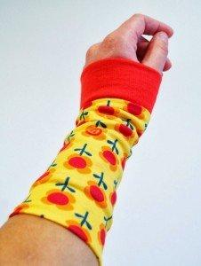 Nähtutorial für Armstulpen von Leni Pepunkt: Hier mit Sommerblumenstoff und Bündchen in rot genäht.