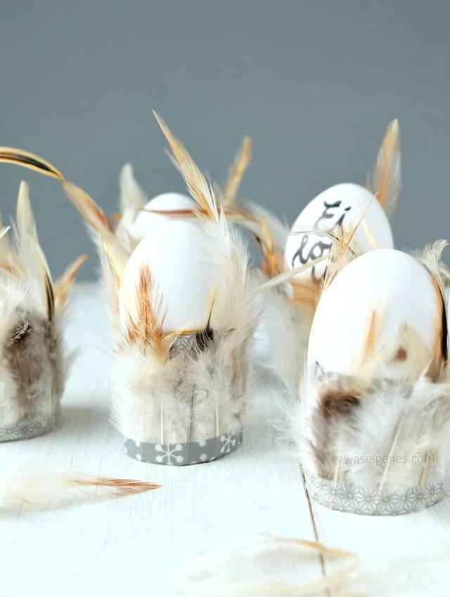 Eierbecher aus Toilettenpapierrollen und Federn gebastelt nach dem Tutorial von Was eigenes.