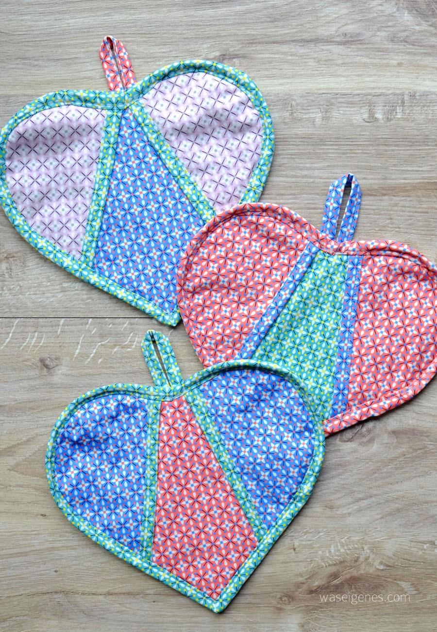 Herztopflappen in verschiedenen Farben genäht mit dem kostenlosen Schnittmuster von Was eigenes.