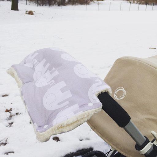 Im Schnee mit Kinderwagen - Kostenloses Nähtutorial für den Kinderwagenmouf von Fräulein Klee