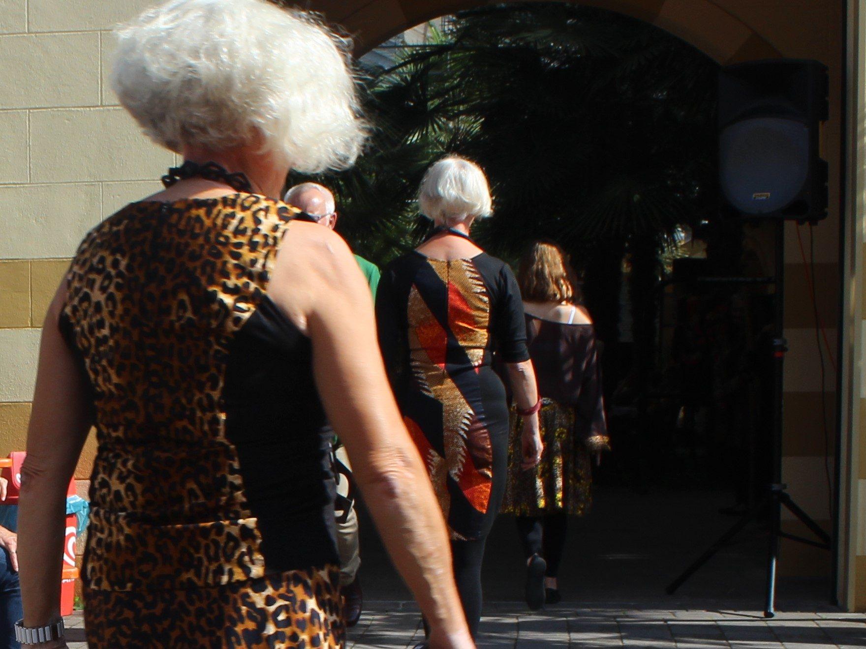 Models stellen Mode von Rama Diaw in NaturaGart vor.