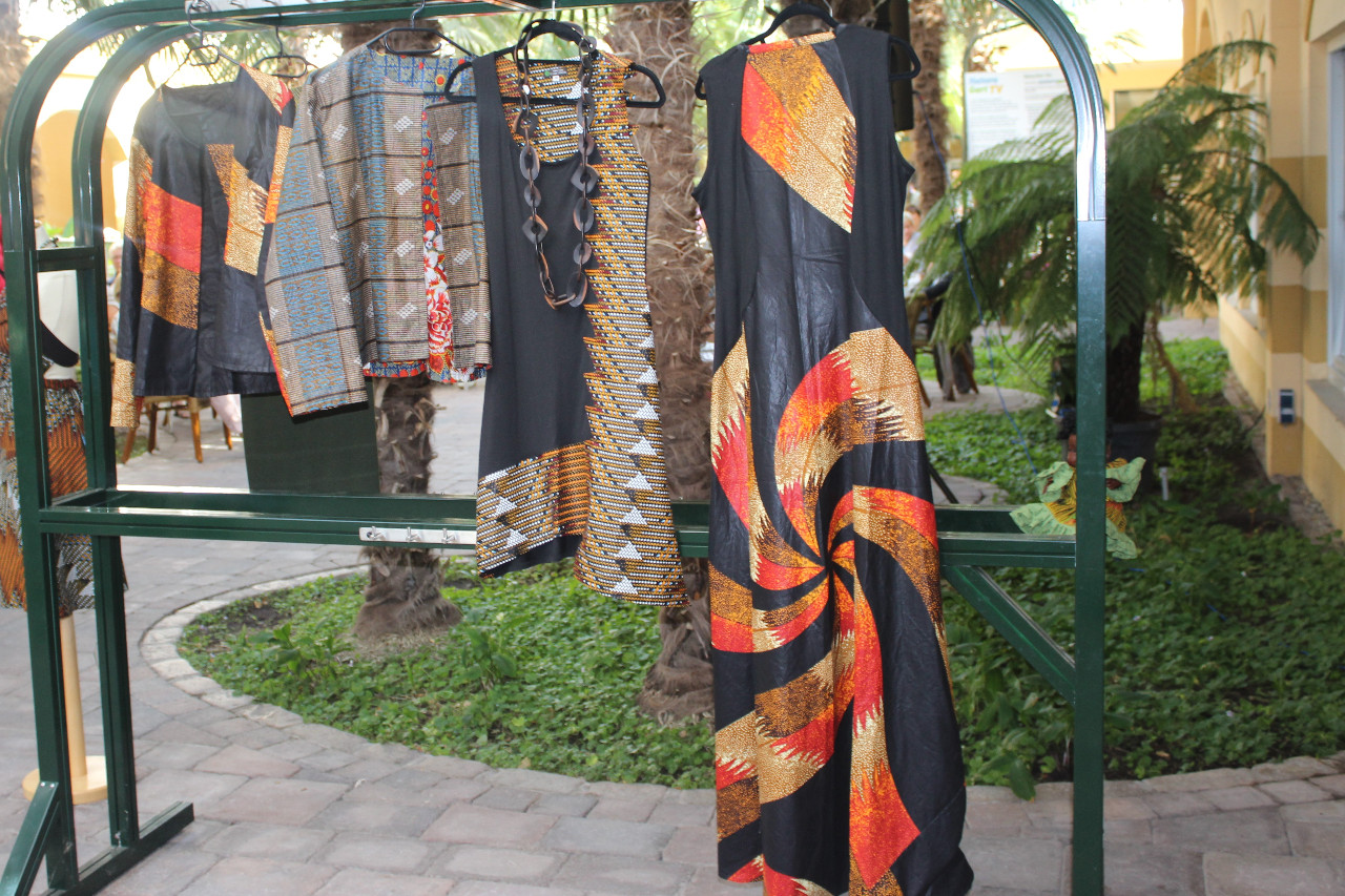 Mode von Rama Diaw an einer Kleiderstange präsentiert.