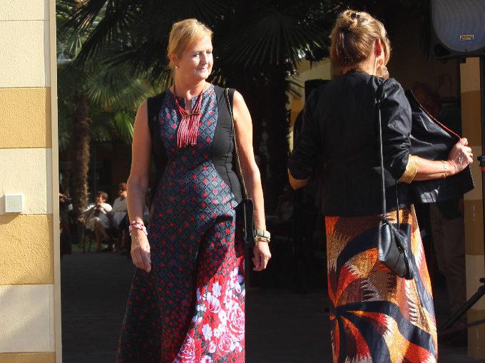 Bunte Kleider von der Designerin Rama Diaw werden von Models vorgestellt.