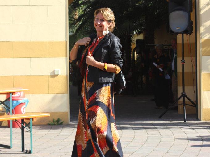 Kleid mit afrikanischen Elementen von einem Model vorgestellt.