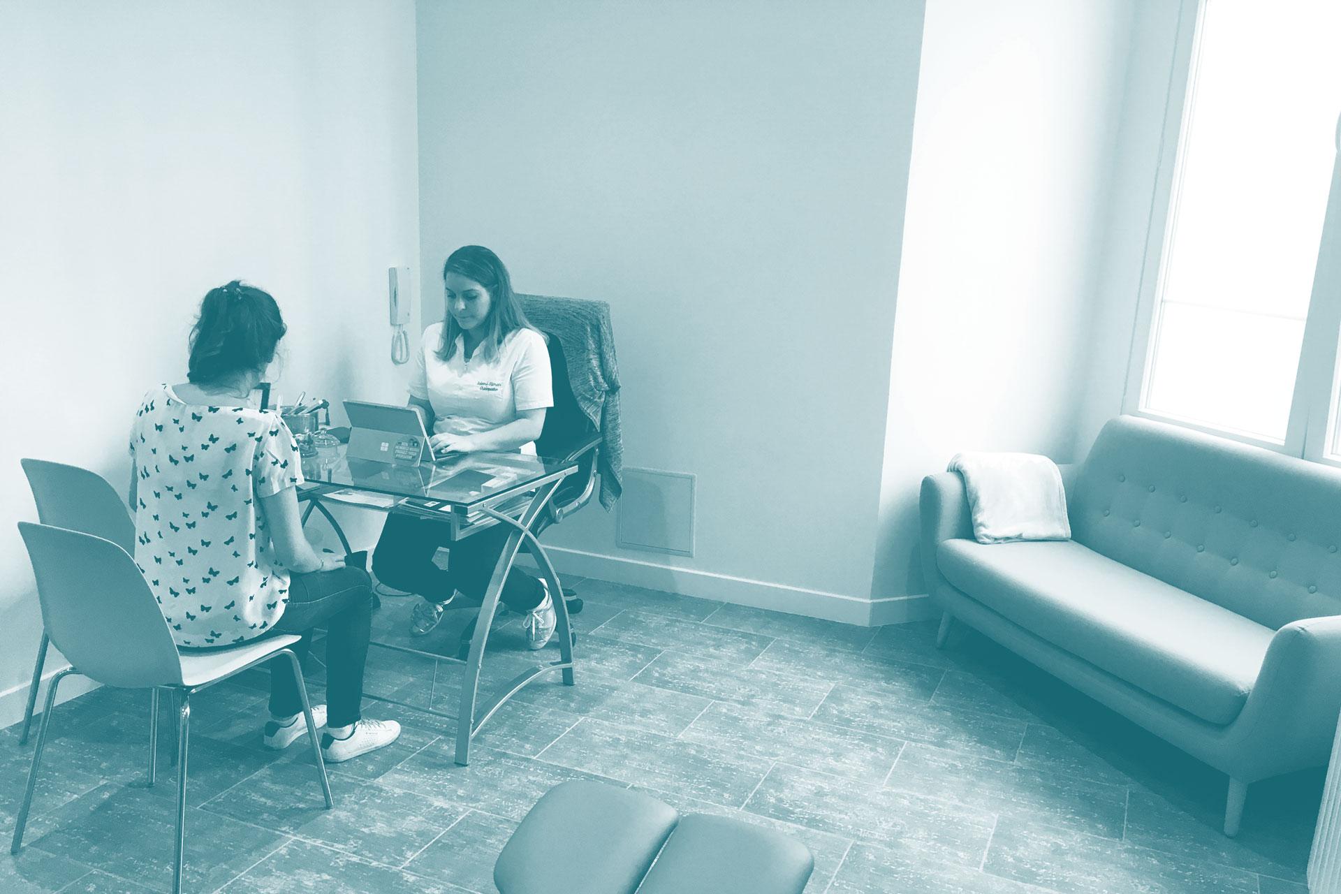 Un rendez-vous avec Salomé Sliman dans son cabinet d'ostéopathie du 11ème arrondissement de Paris