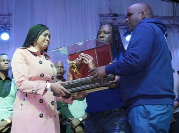 Photo of Ayanda Ncwane Left In Tears While Accepting An Award On Sfiso's Behalf