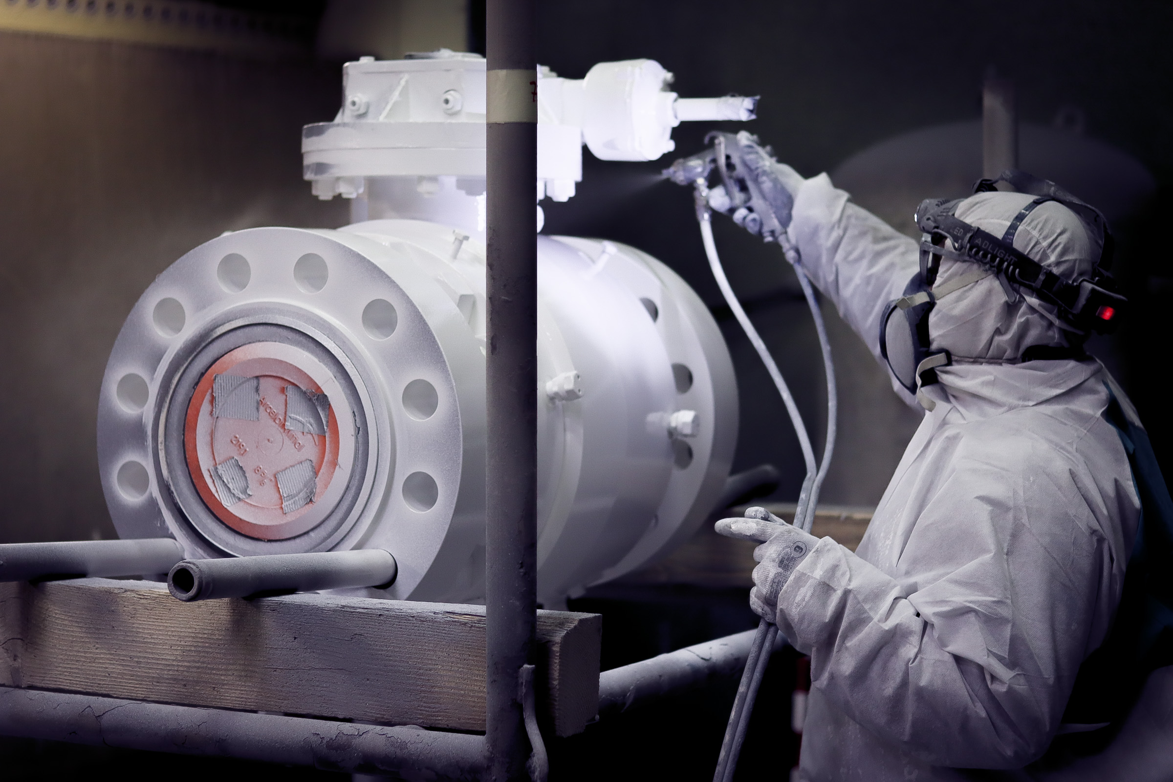 Spray painting on valves